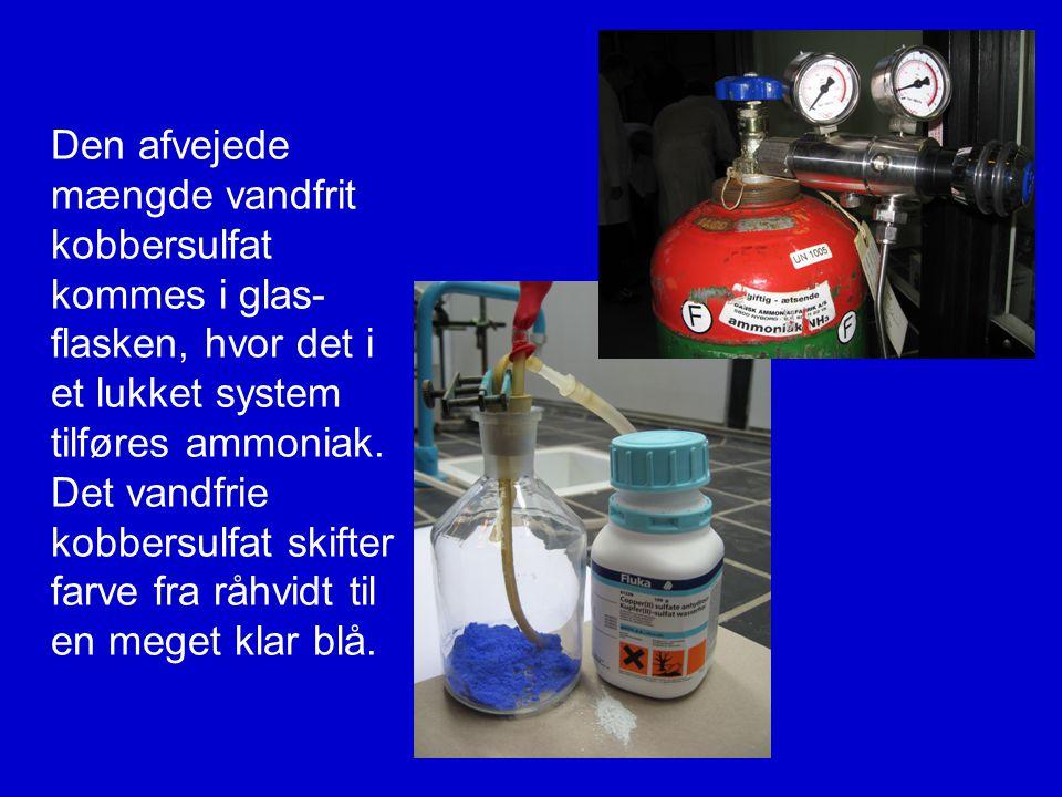 Den afvejede mængde vandfrit kobbersulfat kommes i glas-flasken, hvor det i et lukket system tilføres ammoniak.