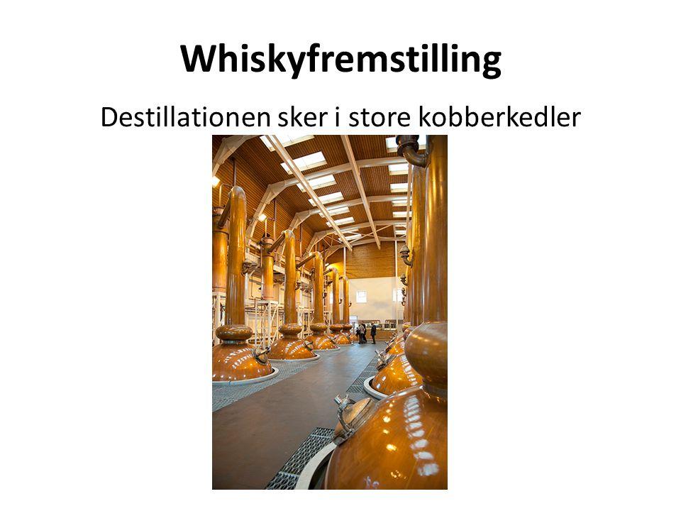 Destillationen sker i store kobberkedler