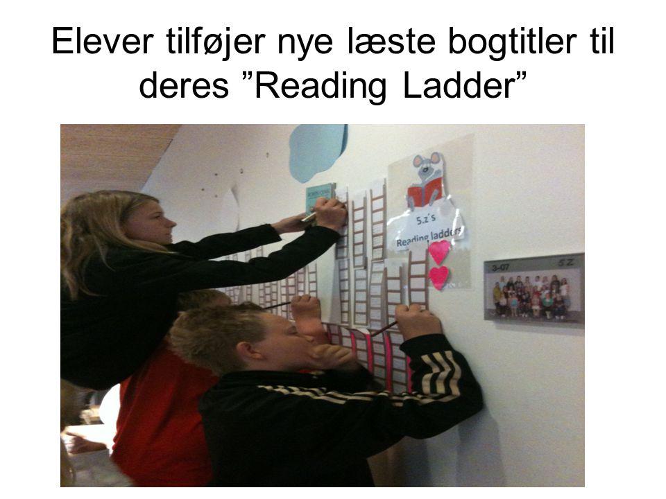 Elever tilføjer nye læste bogtitler til deres Reading Ladder