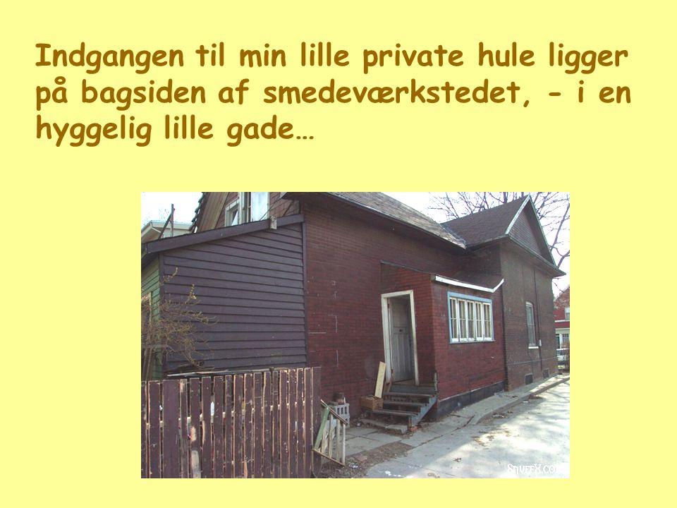 Indgangen til min lille private hule ligger på bagsiden af smedeværkstedet, - i en hyggelig lille gade…