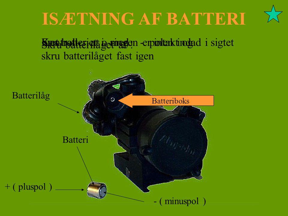 ISÆTNING AF BATTERI Sæt batteriet i, med - polen indad i sigtet