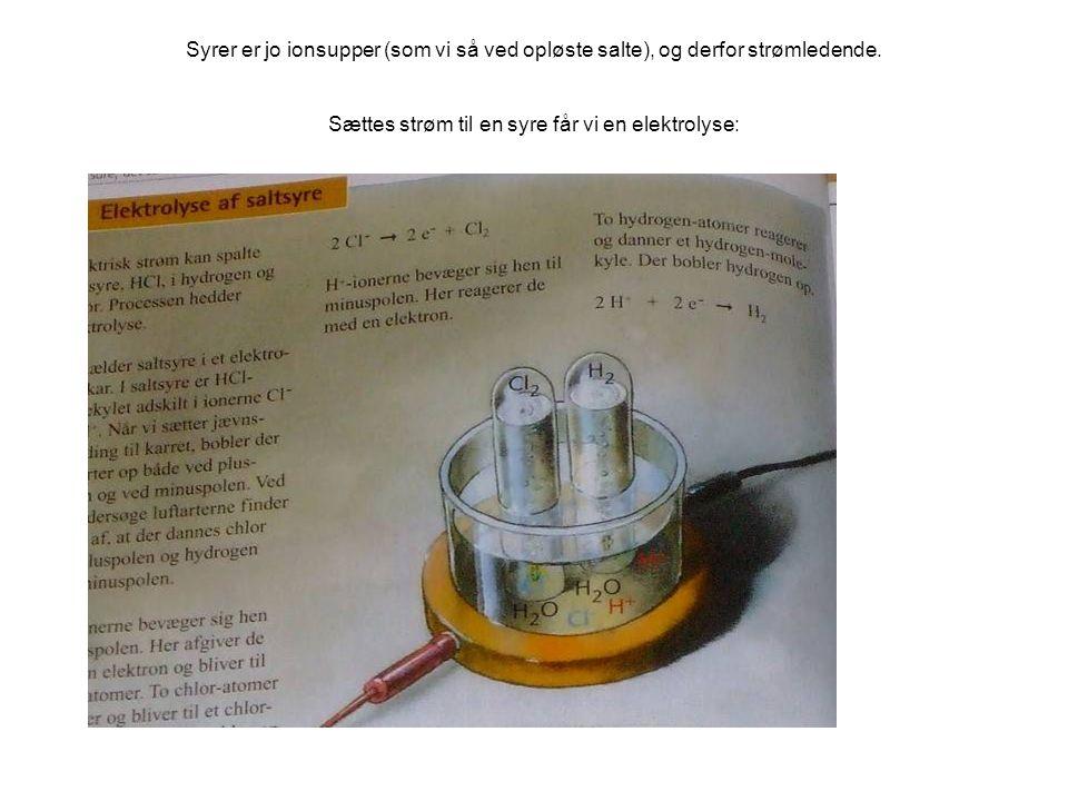 Syrer er jo ionsupper (som vi så ved opløste salte), og derfor strømledende.