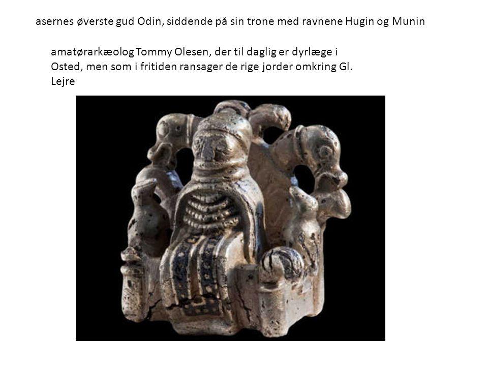 asernes øverste gud Odin, siddende på sin trone med ravnene Hugin og Munin