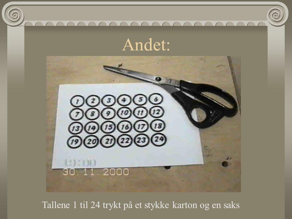 Andet: Tallene 1 til 24 trykt på et stykke karton og en saks