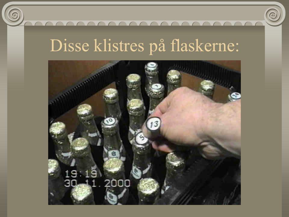 Disse klistres på flaskerne: