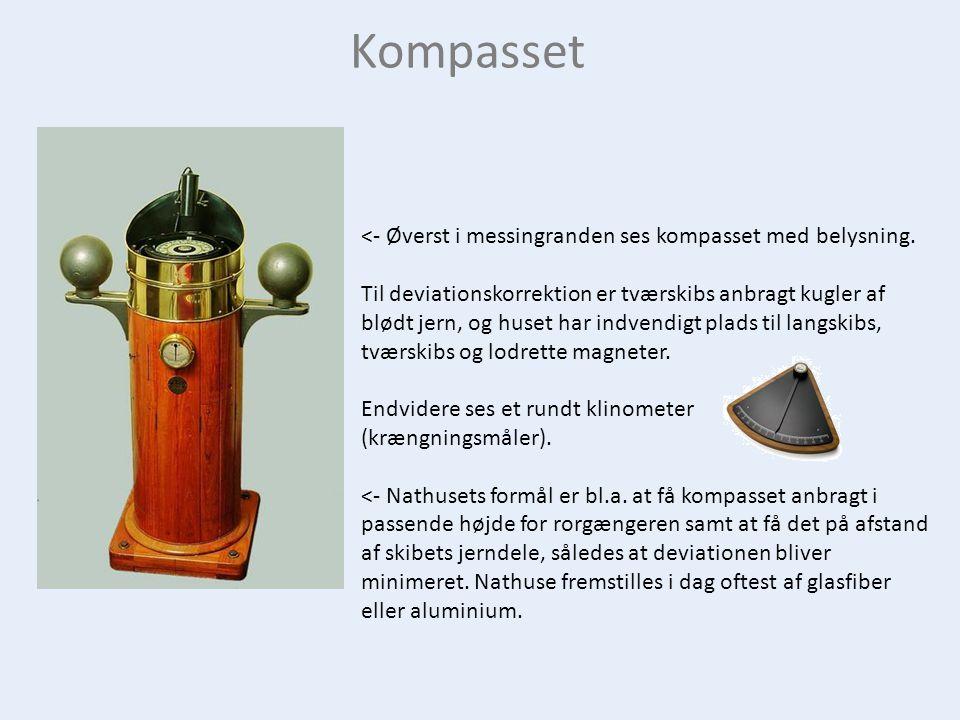 Kompasset <- Øverst i messingranden ses kompasset med belysning.