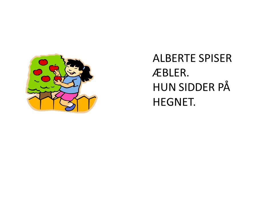 ALBERTE SPISER ÆBLER. HUN SIDDER PÅ HEGNET.