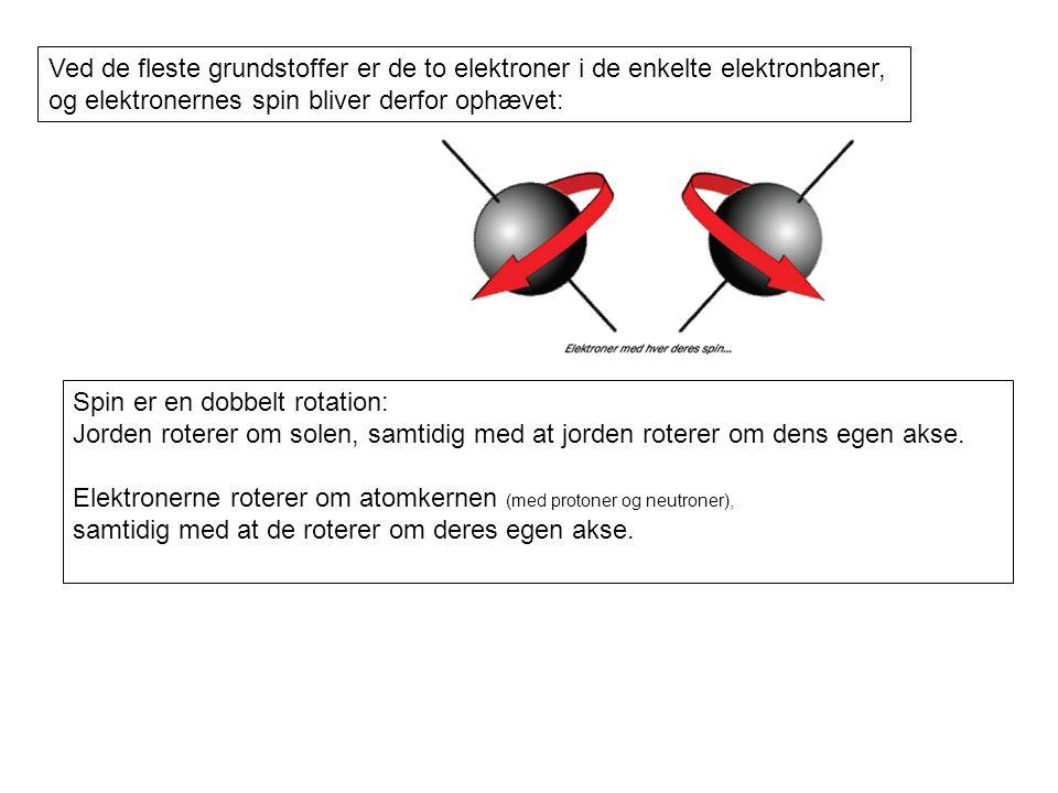 Ved de fleste grundstoffer er de to elektroner i de enkelte elektronbaner,
