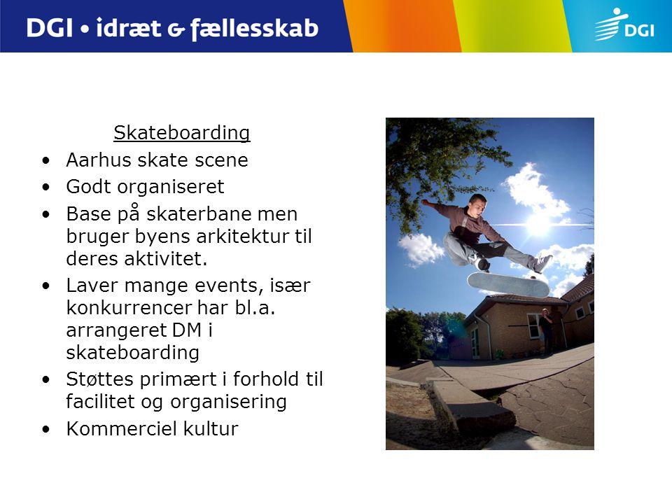 Skateboarding Aarhus skate scene. Godt organiseret. Base på skaterbane men bruger byens arkitektur til deres aktivitet.