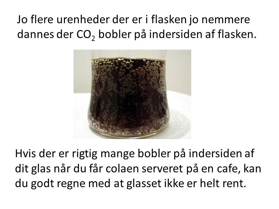 Jo flere urenheder der er i flasken jo nemmere dannes der CO2 bobler på indersiden af flasken.