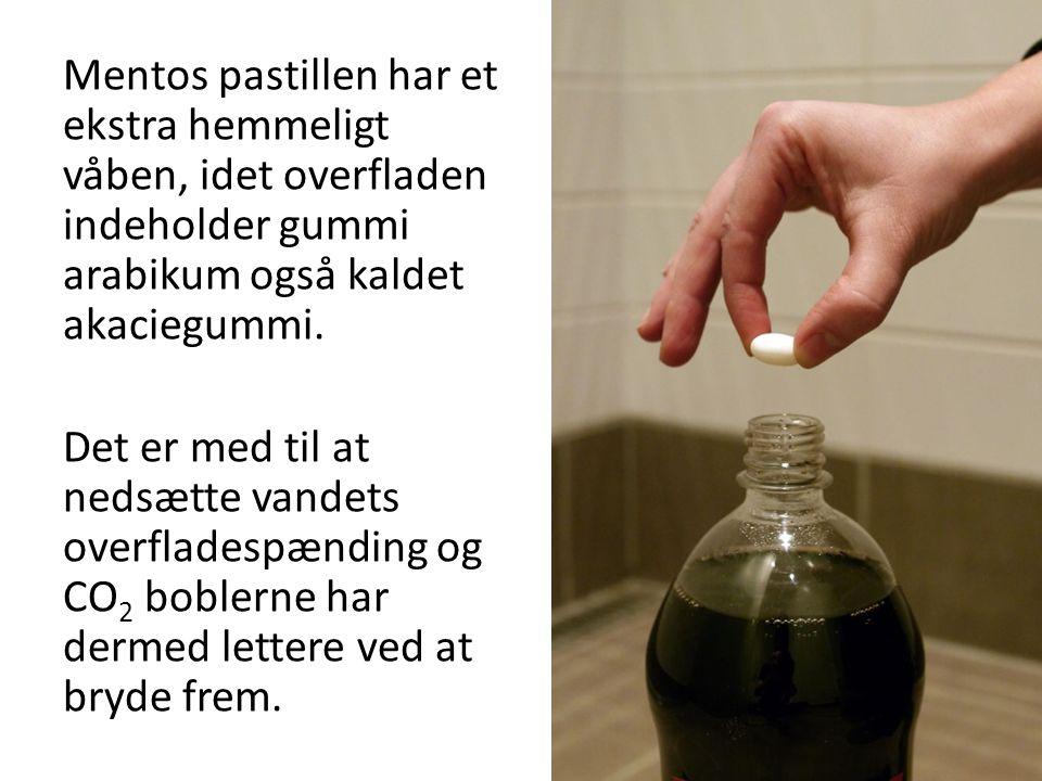 Mentos pastillen har et ekstra hemmeligt våben, idet overfladen indeholder gummi arabikum også kaldet akaciegummi.