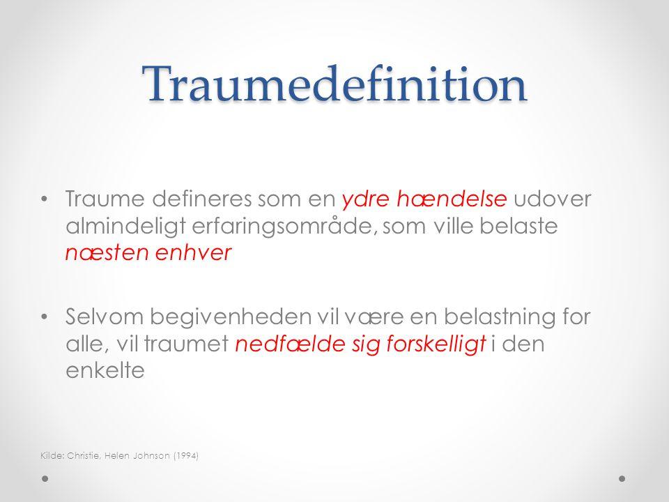 Traumedefinition Traume defineres som en ydre hændelse udover almindeligt erfaringsområde, som ville belaste næsten enhver.