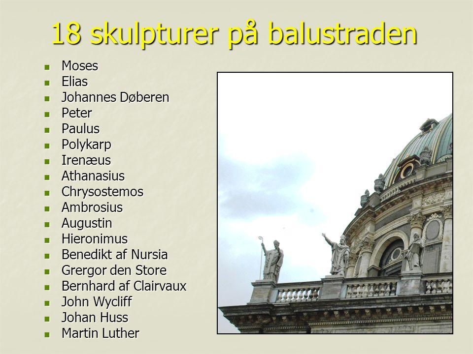 18 skulpturer på balustraden