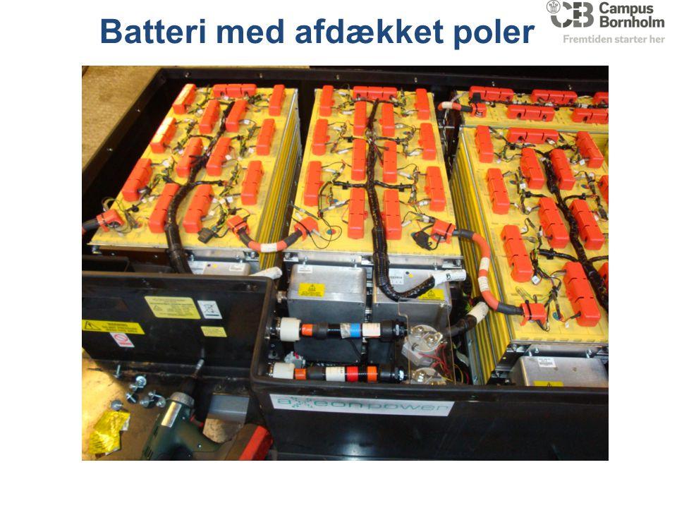 Batteri med afdækket poler