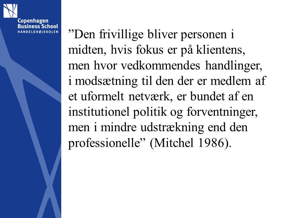 Den frivillige bliver personen i midten, hvis fokus er på klientens, men hvor vedkommendes handlinger, i modsætning til den der er medlem af et uformelt netværk, er bundet af en institutionel politik og forventninger, men i mindre udstrækning end den professionelle (Mitchel 1986).