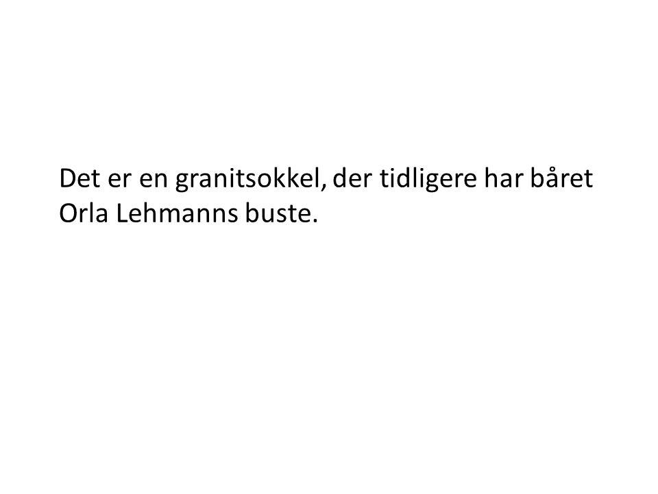 Det er en granitsokkel, der tidligere har båret Orla Lehmanns buste.