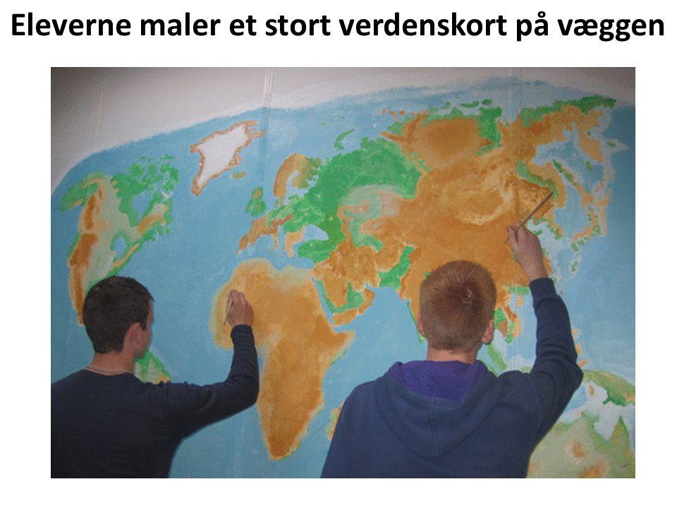 Eleverne maler et stort verdenskort på væggen