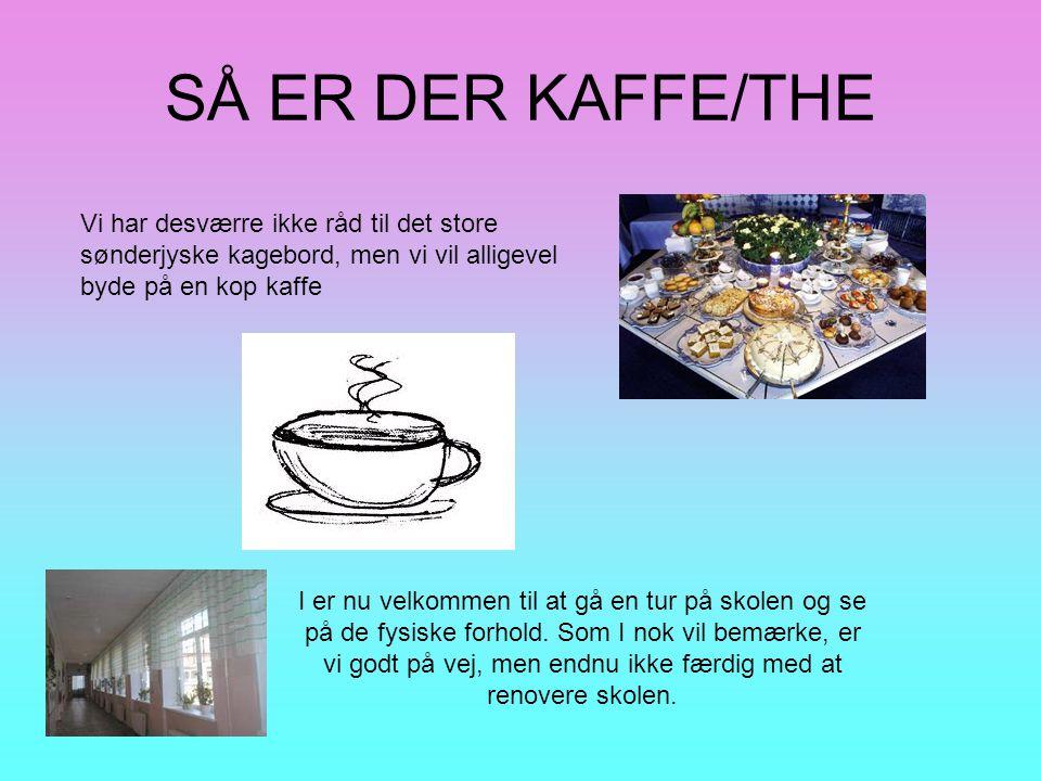 SÅ ER DER KAFFE/THE Vi har desværre ikke råd til det store sønderjyske kagebord, men vi vil alligevel byde på en kop kaffe.