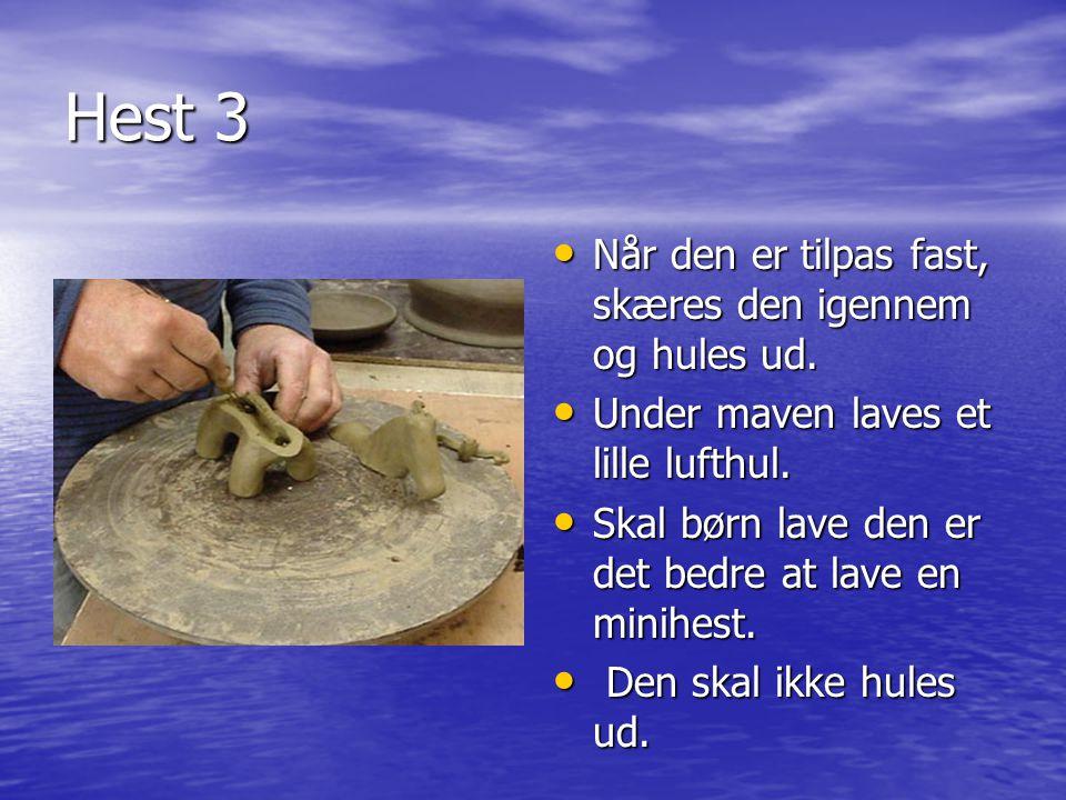 Hest 3 Når den er tilpas fast, skæres den igennem og hules ud.