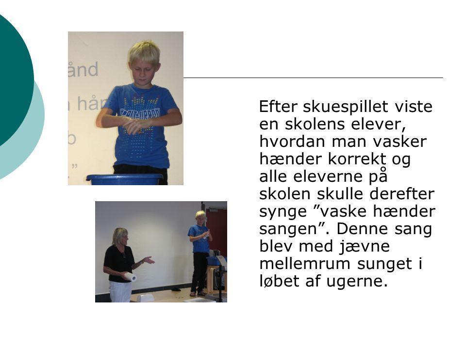 Efter skuespillet viste en skolens elever, hvordan man vasker hænder korrekt og alle eleverne på skolen skulle derefter synge vaske hænder sangen .